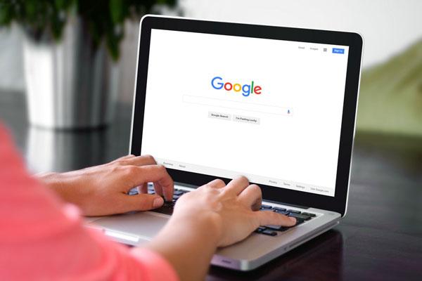 زبان رسمی مورد استفاده در گوگل و سایر پایگاههای جستجو انگلیسی می باشد